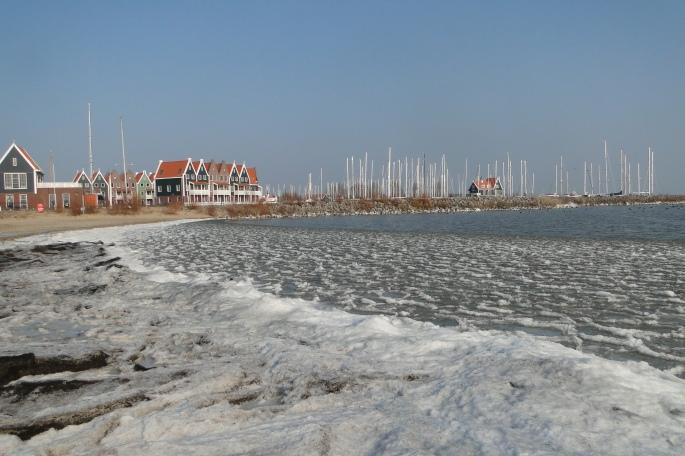 zo koud hier dat het Ijsselmeer aanvriest op het strandje...