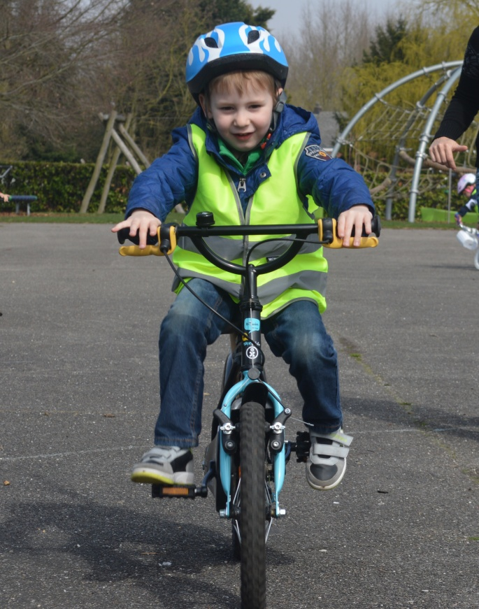 foto van begin april bij zijn fietsles in 't dorp